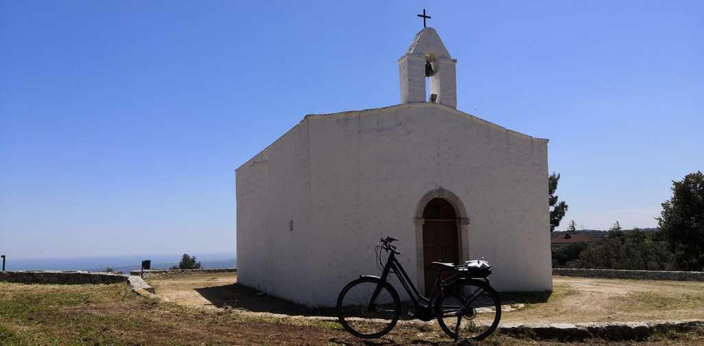 Chiesetta vicino al mare vicino monopoli percorso in bicicletta